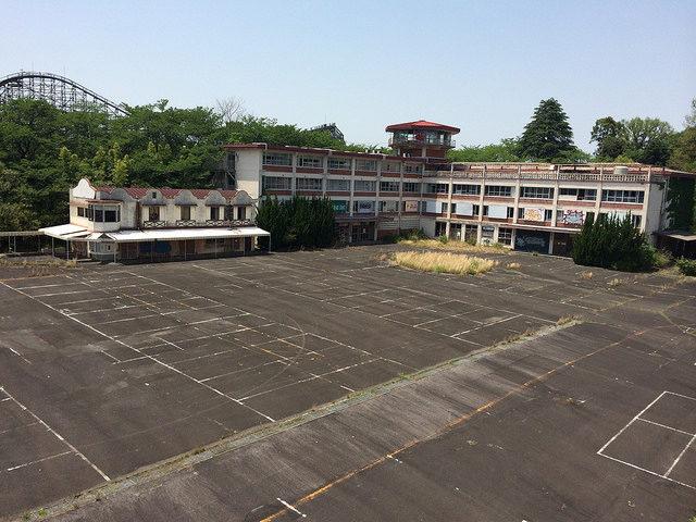 The Nara Dreamland deserted parking lot. – By JP Haikyo – CC BY 2.0