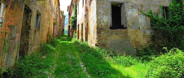 The narrow streets of Tocco Caudio. Photo Credit: Gianfranco Vitolo, CC BY 2.0