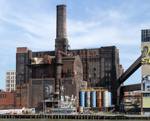 The poor condition of the factory. Author: Tony Hisgett CC BY 2.0