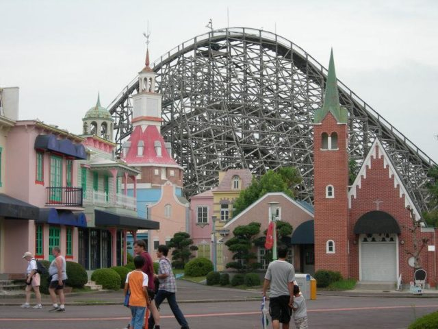 Wooden roller coaster. – By thecrypt – CC BY-SA 2.0
