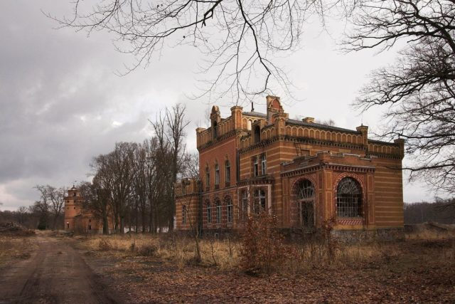 Manor house(front) and grain storage(back) – Author: User: ONAR – CC BY-SA 3.0