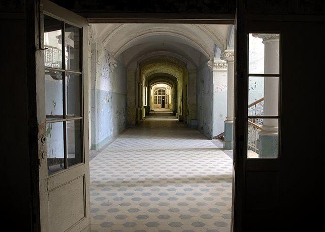 Beelitz-Heilstätten: hallway, 2005 condition – Author: Chad W – CC BY 2.0