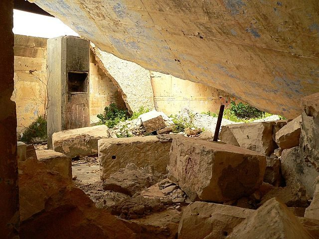 Collapsed roof of the gun control room of the Battery Observation Post. Author Ploync CC BY-SA 3.0