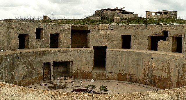Gun emplacement and gun crew accommodation. Author Ploync CC BY-SA 3.0