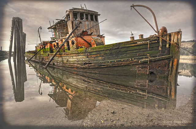 The ship is rotting in the muddy waters/ Author: Rjscholt Randall J Scholten – CC BY-SA 4.0