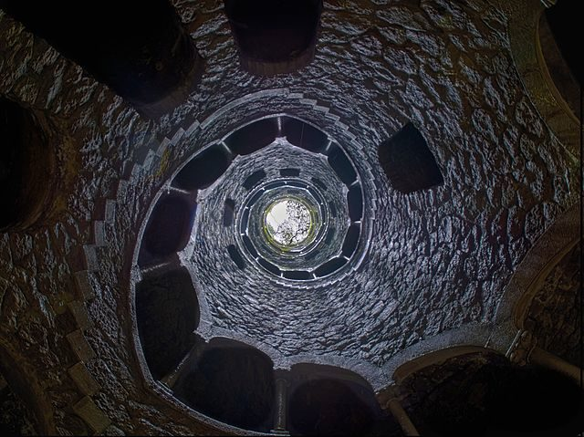 View upwards from the bottom of the Initiation Well. Author: Stijndon – CC BY-SA 3.0