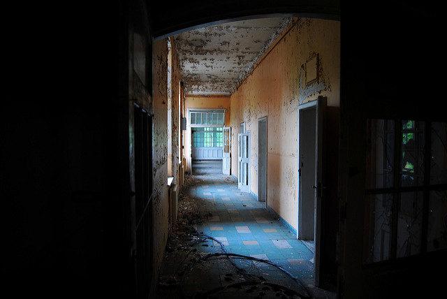An orange corridor. Author:Rob WalkerCC BY 2.0