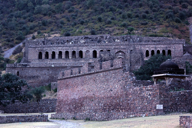 Bhangarh Fort at sundown. Author: A Frequent Traveller CC BY 2.0