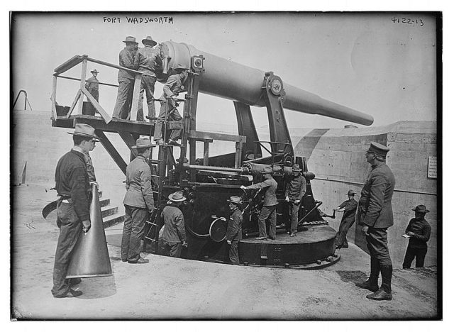 Disappearing gun at Fort Wadsworth in 1917.