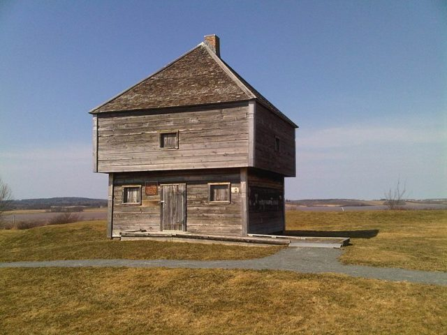 An example of a blockhouse (the oldest remaining military blockhouse in North America). Hantsheroes CC BY 3.0