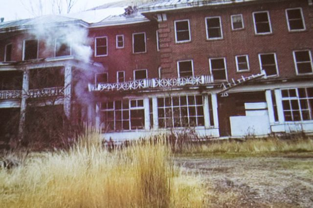 Hot Lake Springs decaying Hotel. Visitor7 CC BY 3.0