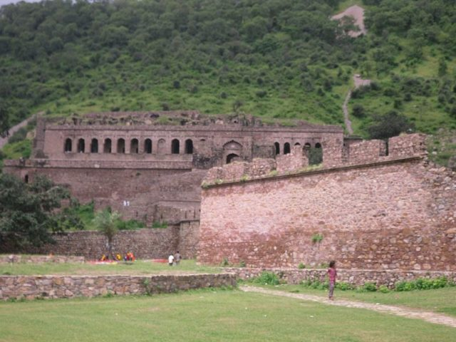 Playing cheerfully below the city walls. Author: Arindambasu2 CC BY-SA 3.0