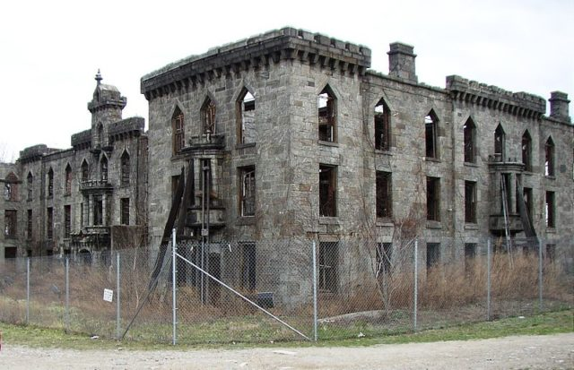 Renwick Smallpox Hospital in 2006. Author: Wusel007 CC BY 3.0