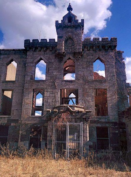 Renwick Smallpox Hospital on Roosevelt Island. Author: MusikAnimal CC BY-SA 4.0
