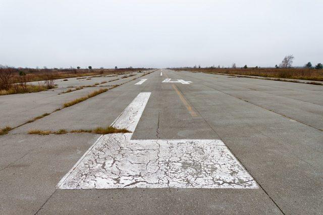 Runway 14L, main runway for landing(45 meters wide) – Autor: Ballota – CC BY-SA 4.0