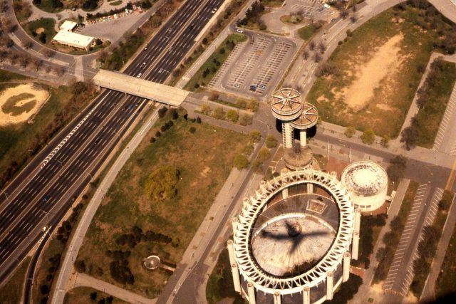 Shadow of a commercial jetliner crosses the pavilion in 1981 – Author: George Garrigues – CC BY-SA 3.0