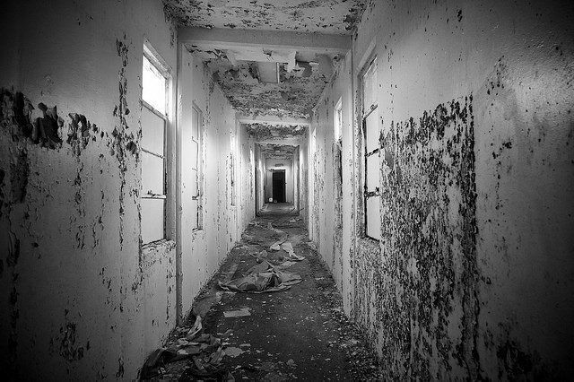 Inside the abandoned barracks – Author: naql – CC by 2.0