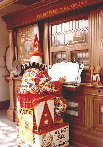 Joyland's Wurlitzer organ with Louie the Clown in front of it (1981)/Author: Ppelleti – CC BY-SA 3.0