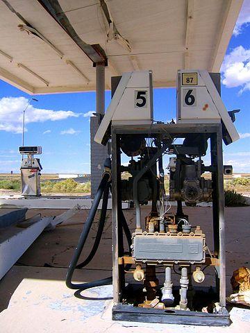 Abandoned gas pumps/ Author:Mingo Hagen – CC BY 2.0