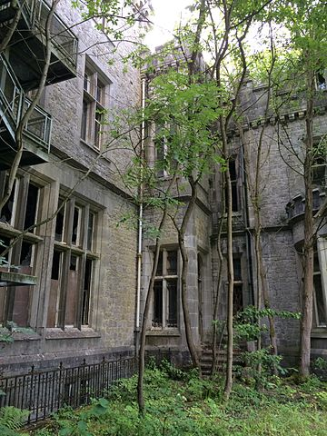 The castle is completely abandoned since 1991 /Author: Lcrolu – CC BY-SA 3.0