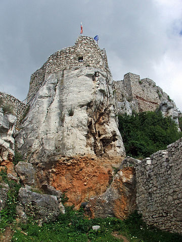 The castle is built upon limestone rock/ Author: I, Joxy – CC BY-SA 3.0