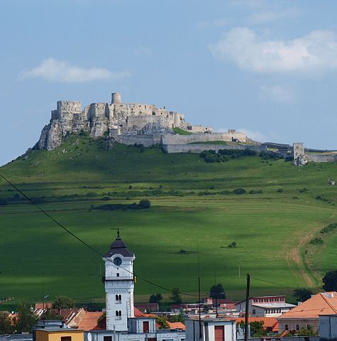View to the castle from the near village/ Author: Honza Groh (Jagro) – CC BY-SA 3.0