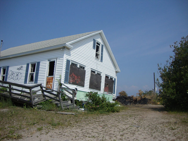 Cottage in Pleasure Beach in very poor condition. Author: 826 PARANORMAL. CC BY 2.0