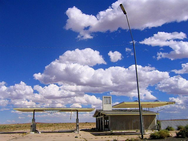 Abandoned gas station in Two Guns/ Author: Mingo Hagen – CC BY 2.0