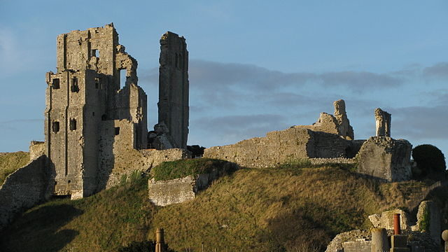 Corfe's keep (left) dates from the early 12th century/ Author: Chin tin tin – CC BY 3.0
