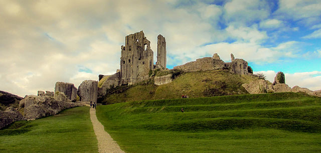 Ruins of Corfe Castle from the outer bailey/ Author: Tallguyuk – CC BY-SA 3.0