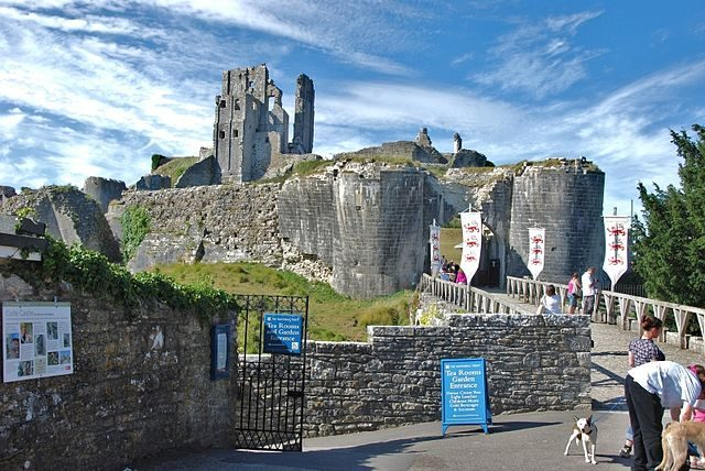 Corfe Castle's outer gatehouse/ Author: Eugene Birchall – CC BY-SA 2.0