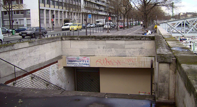 Entrance of the Arsenal station/Author: ZeMeilleur – CC BY-SA 2.5