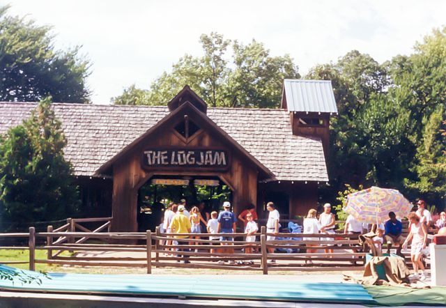 Entrance of Log Jam log flume ride/Author:Patrick Pelletier – CC BY-SA 4.0