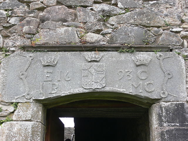 Carved lintel over the door/ Author: Remi Mathis – CC BY-SA 3.0