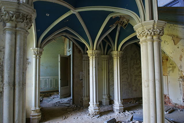Ruined interior/ Author: Skin – ubx – CC BY 2.0