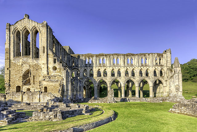 Rievaulx Abbey with Chapter House ruins in front. Author: WyrdLight.com – CC BY-SA 3.0