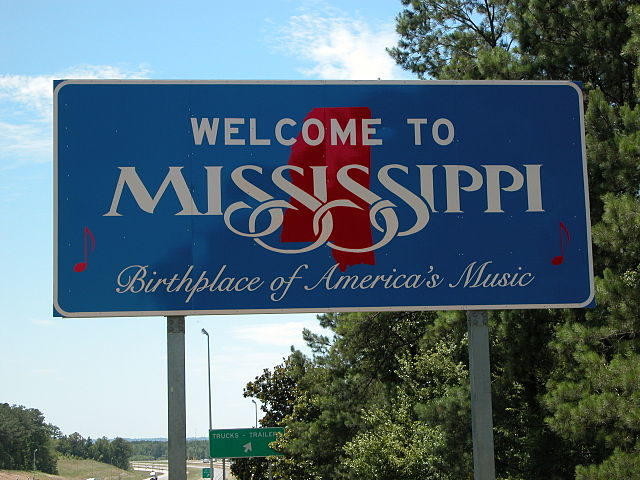 The Mississippi state sign located on Interstate 20/ Author: WebTV3 – CC BY-SA 3.0