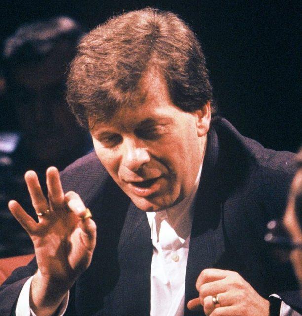 Tony Wilson hosting the television program After Dark, on 9th April 1988. Author: Leoboudv.CC BY-SA 3.0