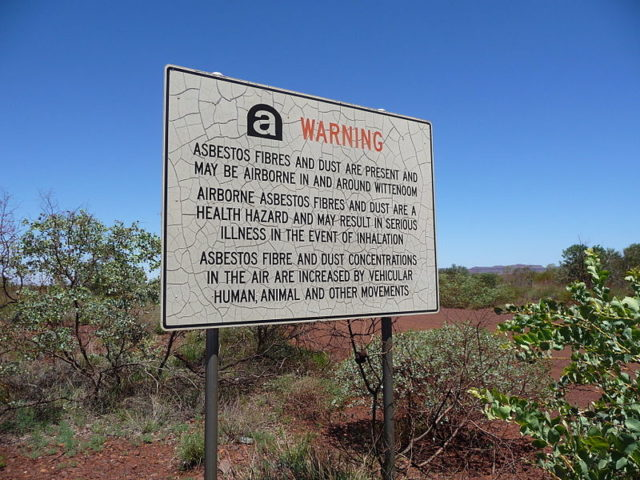 Warning sign about asbestos in and around Wittenoom. Author: Five Years. CC BY-SA 3.0