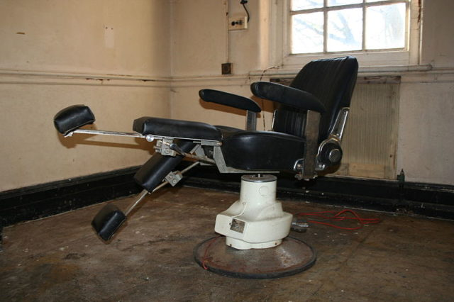 A chair in the dental clinic. Author: Tuna-baron CC BY-SA 3.0