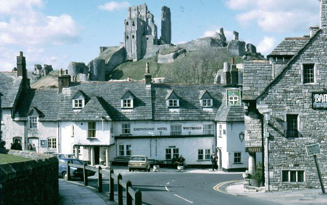 Corfe Castle in 1980 before the bequeathment of the castle, and subsequent restoration/ Author: Sarah Charlesworth – CC BY-SA 2.0