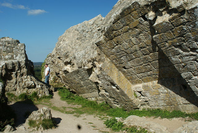 In the 17th century, Corfe Castle was demolished by order of parliament/ Author: Peter Trimming – CC BY-SA 2.0