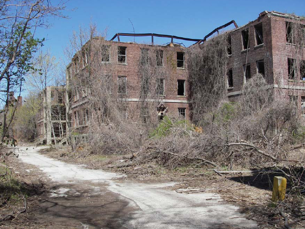 Decaying buildings at Fort Slocum.Author:PequotioCC BY-SA 2.0