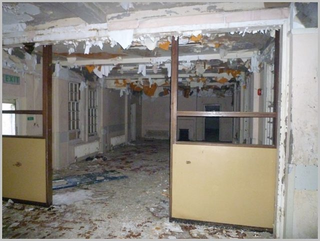 Decaying interior.Author:Skin – ubxCC BY 2.0