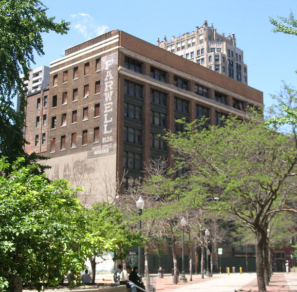 Farwell Building, looking through Capitol Park. Author:Andrew JamesonCC BY-SA 3.0