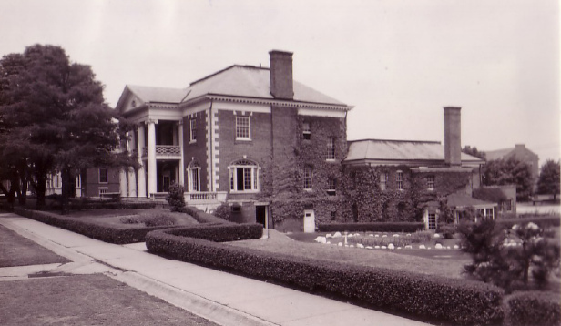 Fort Slocum building back in its days.Author:PequotioCC BY-SA 2.0
