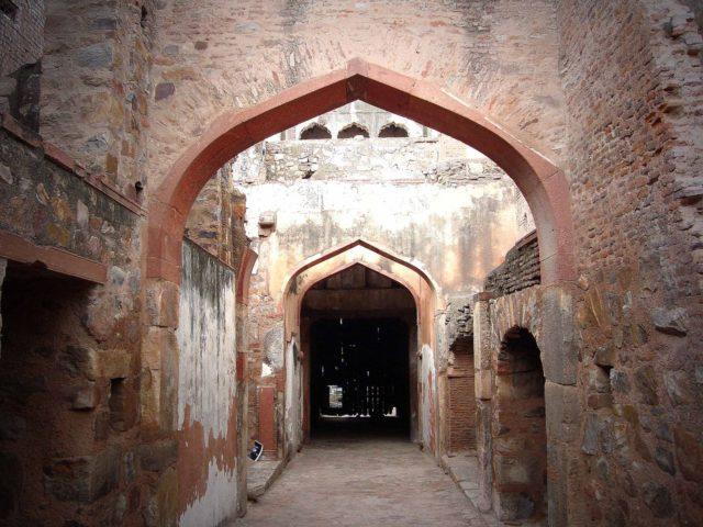 Inside the ruined palace. Author: Anupamg. CC BY-SA 3.0