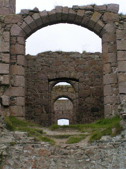 Inside the ruins of the castle. Author: Karen Vemon. CC BY-SA 2.0