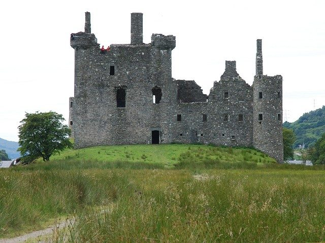 The tower-house (left) and the barracks (right)/ Author: Patrick Mackie – CC BY-SA 2.0
