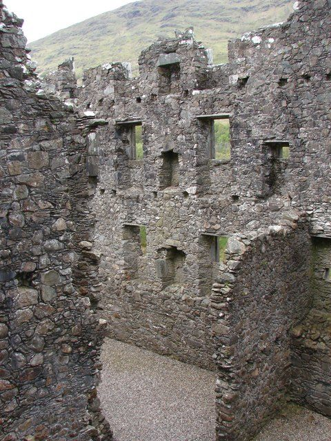 The interior of the ruined castle/ Author: John Proctor – CC BY-SA 2.0